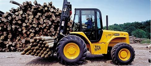 jcb RTFL Straight Mast Forklift lifting timber on jobsite