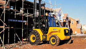 JCB RTFL 930 Forklift lifting materials to workers on scaffolding