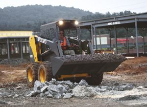 Volvo MC90 Skidsteer loading gravel