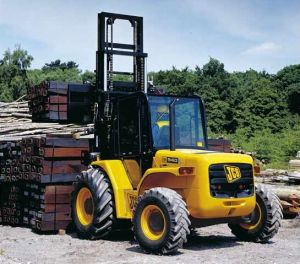 JCB RTFL 940 Forklift lifting Railroad ties on jobsite