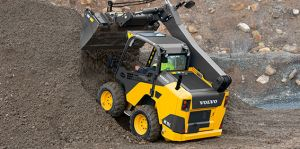 Volvo MC115 Skid Steer unloading dirt