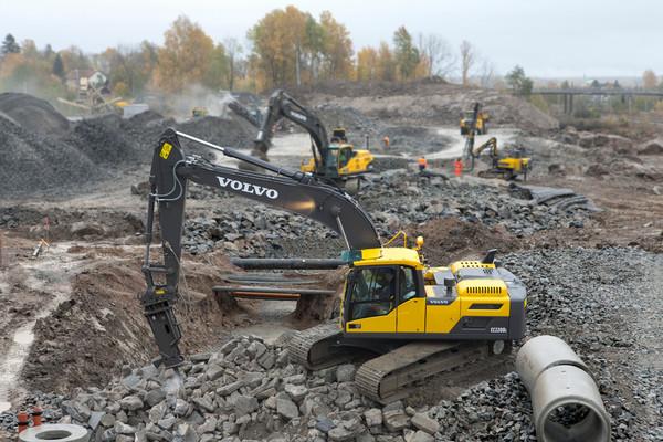 Excavator Rentals attached with demolition hammers for rent in Atlanta, GA
